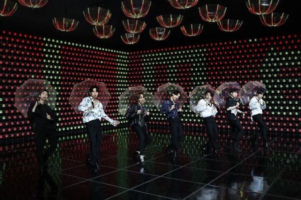 그룹 방탄소년단(BTS)이 6월 14일 열린 온라인 공연 '방방콘 더 라이브'에서 열정적인 무대를 선보이고 있다.(사진=빅히트엔터테인먼트)