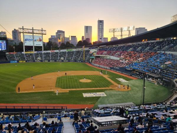관중 입장이 허용된 야구장.