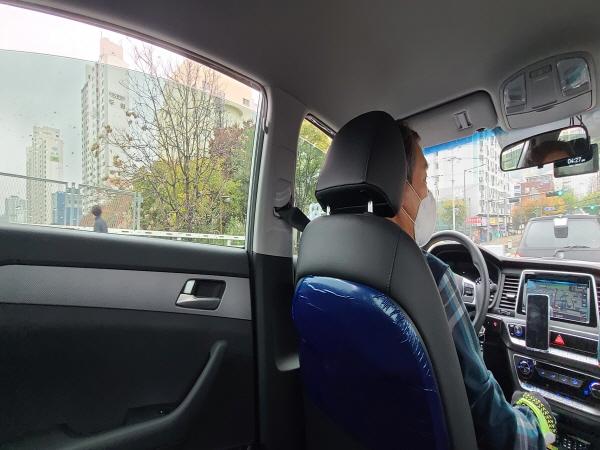 KF-94 마스크를 착용하고 창문을 모두 조금씩 열고 운행하는 택시를 만나니 마음이 행복해진다.