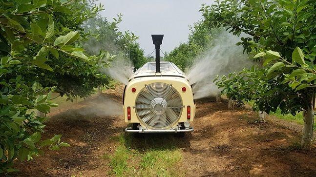농촌진흥청이 개발한 스마트 로봇 방제기가 스스로 이동하며 나무의 유뮤와 모양을 측정해 농약을 살포하고 있다. (사진=농촌진흥청)