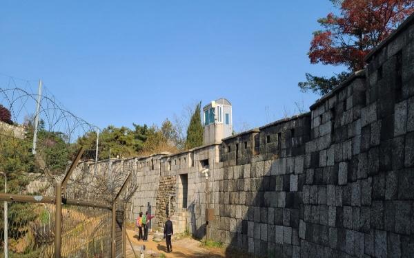 이번에 개방된 철문이 있는 철책과 한양도성 북측 탐방로 구간.