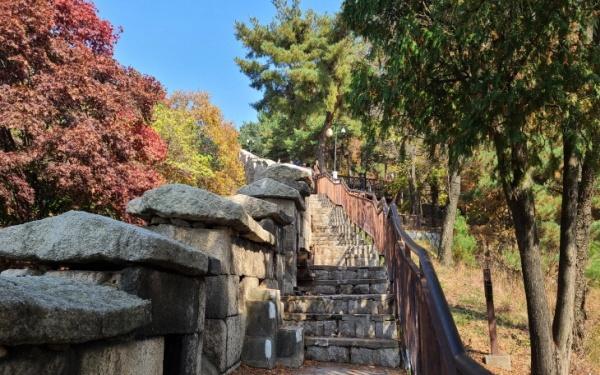 처음 만들어진 성곽과 보수한 성곽이 혼재해 과거와 현재가 공존하는 세계다.