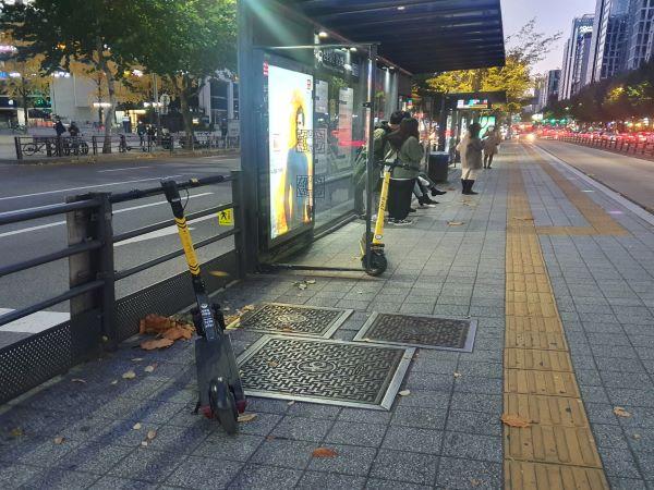 버스정류장 등 13곳에서는 주정차가 불가능하다. 킥보드 이용객들이 숙지하고 지켜나가야 할 것으로 보였다.