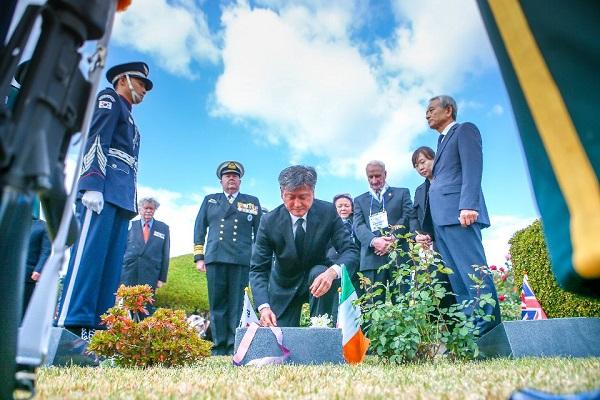 박삼득 국가보훈처장이 지난해 11월 11일 부산 유엔기념공원에서 열린 턴투워드 부산 유엔참전용사 국제추모행사에 참석하여 행사 전 호주 J.P.Daunt묘역과 캐나다 K.W.Norton 묘역 영국 폴 조셉 키팅씨의 묘역을 방문하여 헌화 및 참배를 하고 있다.