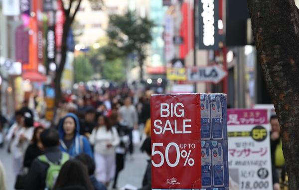 코리아세일페스타가 시작된 1일 오후 서울 중구 명동 쇼핑가가 외국인 관광객과 시민들로 붐비고 있다.(사진=저작권자(c) 연합뉴스, 무단 전재-재배포 금지)