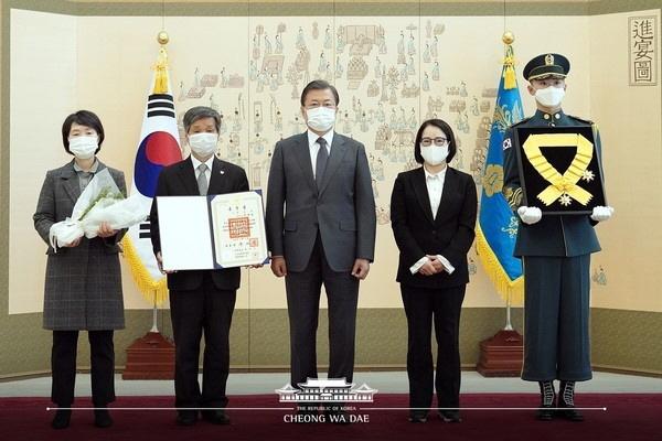 지난 12일, 문재인 대통령은 전태일 열사에게 무궁화 훈장을 수여했다.