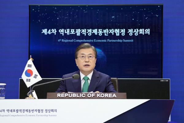 문재인 대통령이 15일 청와대에서 화상회의로 진행된 제4차 역내포괄적경제동반자협정(RCEP) 정상회의에서 의제 발언을 하고 있다. (사진=청와대)
