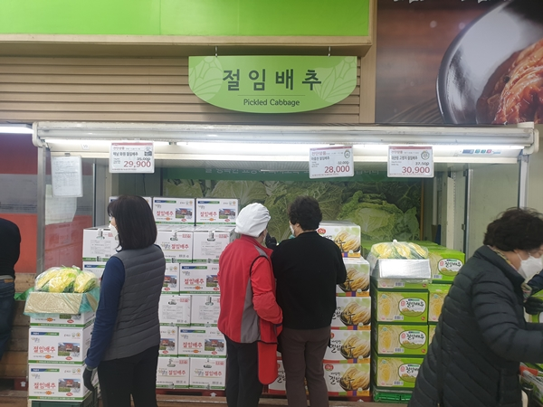 농협하나로마트에서 절임배추는 농산물 소비쿠폰 20% 할인판매 하고 있다.