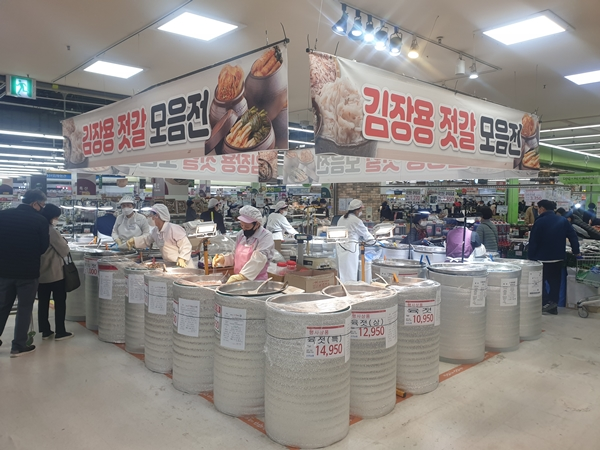 김장 시즌에 맞춰 대형마트에서 김장용 젓갈 모음전을 열고 있다.