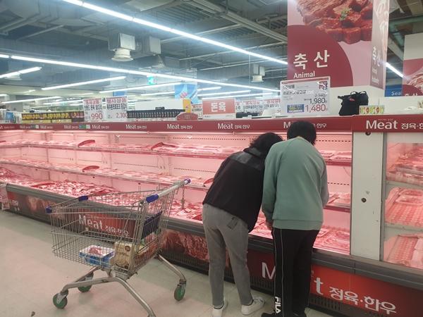 돼지고기(앞다리살, 삼겹살) 등 농축산물에 대해 20% 할인판매 중이다.