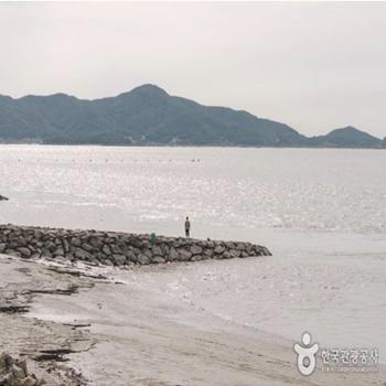 강화나들길16코스 제방길 오른쪽으로 펼쳐지는 바다. 낚시를 하러 나온 사람들을 많이 볼 수 있다