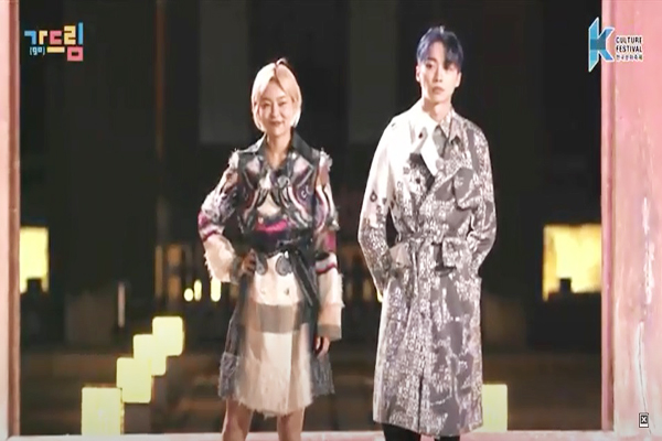 이상봉 디자이너가 만든 한글 트렌치코트를 입은 모델 송해나씨와 유리씨. (사진=한국문화축제 유튜브 영상)