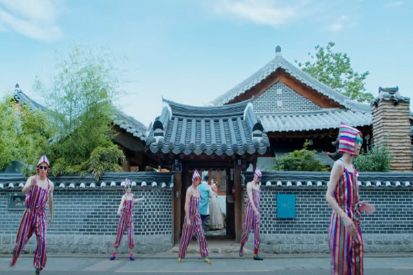 이날치밴드의 음악과 앰비규어스 댄스컴퍼티가 출연한 한국관광공사 'Feel the Rhythm of KOREA' 전주 편. (사진=한국관광공사 영상)