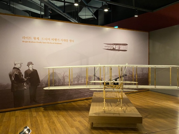 1층 라이트 형제의 비행기 모형.