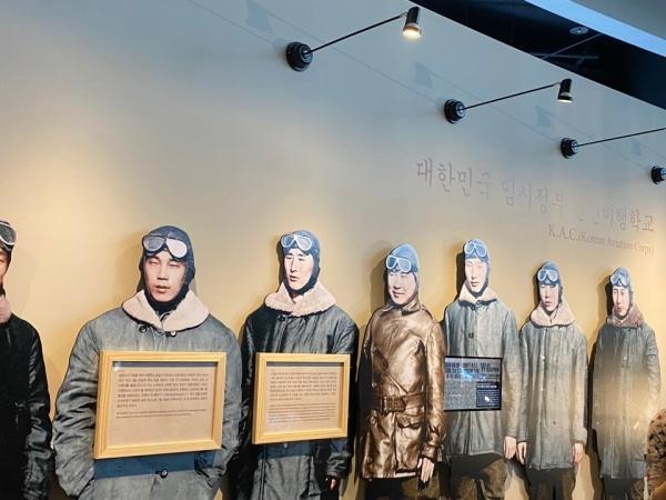대한민국 임시정부의 한인 비행사들 모습.