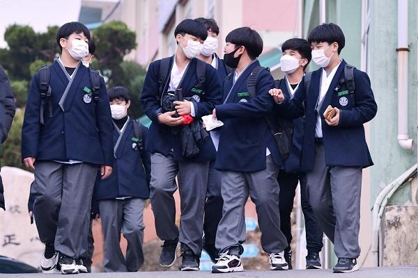 경북 예천 대창중 학생들이 한복교복을 입고 하교하고 있다.