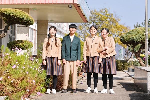 전남 강진 작천중 학생들이 한복교복을 입고 활짝 웃는다.