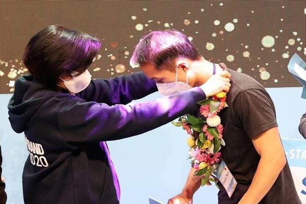 박영선 중소벤처기업부 장관이 19일 오후 서울 강남구 청담 CGV에서 열린 'K-스타트업 그랜드챌린지 데모데이'에서 1등 팀 'Ommo Technologies'를 축하해주고 있다. (사진=중소벤처기업부)