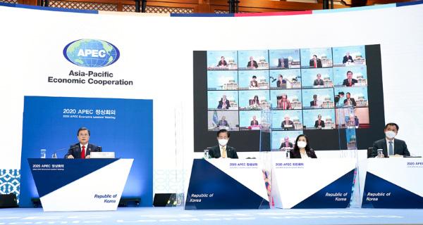 문재인 대통령이 20일 오후 청와대에서 화상으로 열린 아시아태평양경제협력체(APEC) 정상회의에 참석해 있다. (사진=청와대)