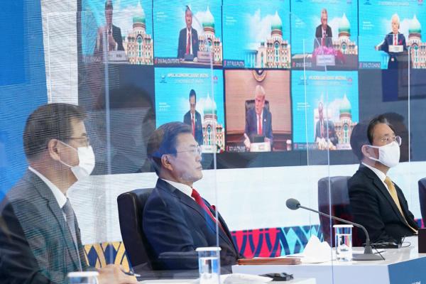 문재인 대통령이 20일 오후 청와대에서 화상으로 열린 아시아태평양경제협력체(APEC) 정상회의에 참석해 있다. 문 대통령 뒤 모니터에는 도널드 트럼프 미국 대통령 등이 참석한 모습이 보이고 있다. (사진=청와대)