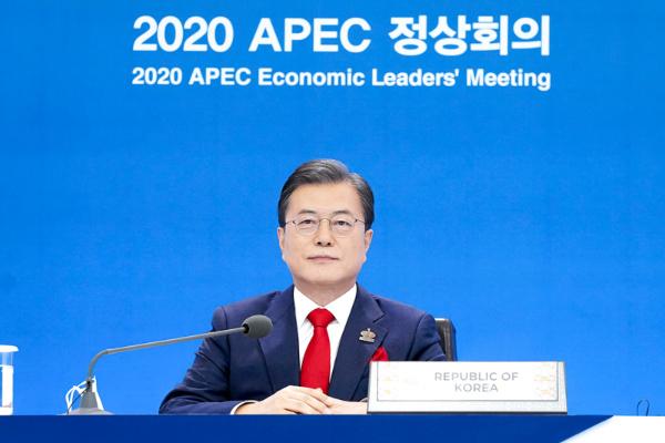 문재인 대통령이 20일 오후 청와대에서 화상으로 열린 아시아태평양경제협력체(APEC) 정상회의에 참석해 있다.