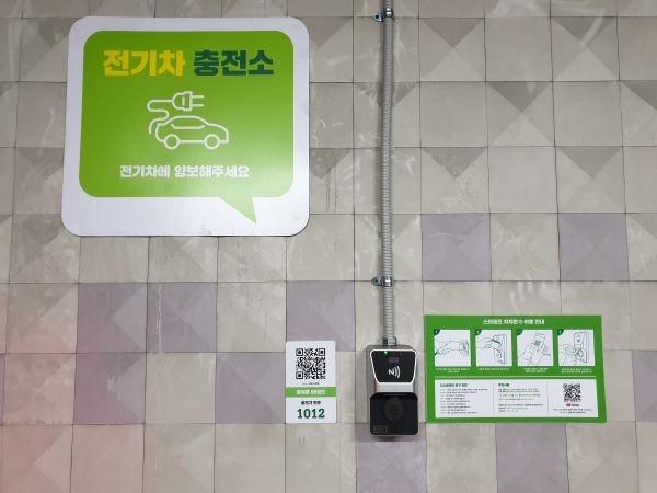 주차장 벽면에 설치된 전기차 충전 과금형 콘센트.
