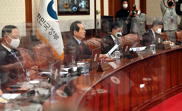 정세균 국무총리가 24일 정부서울청사에서 열린 국무회의를 주재하고 있다.