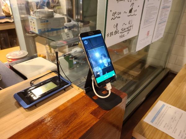카페에 설치된 전자출입명부. 1.5단계는 카페 내 이용이 가능했다.