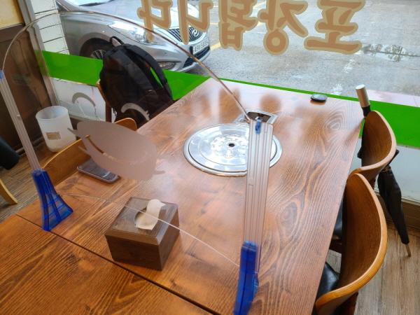 칸막이가 설치된 음식점.
