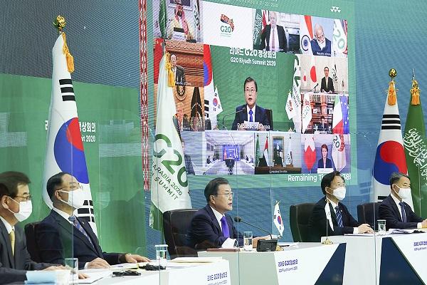문재인 대통령이 22일 청와대 본관에서 '포용적이고 지속가능한 복원력 있는 미래'를 주제로 열린 사우디아라비아 2020 리야드 주요 20개국(G20) 화상 정상회의 2세션에 참석해 발언하고 있다.(사진=청와대)