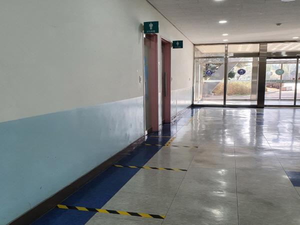 화장실을 이용할 때도 거리두기 선에 대기하며 차례대로 이용해야 한다.