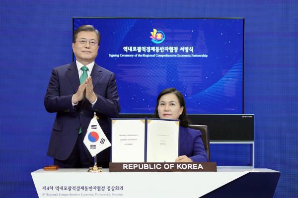 문재인 대통령이 15일 청와대에서 열린 세계 최대규모의 자유무역협정(FTA)인 '역내포괄적경제동반자협정(RCEP)' 협정문 서명식에 참석, 유명희 통상교섭본부장이 협정문에 서명하자 박수치고 있다.(사진=청와대)