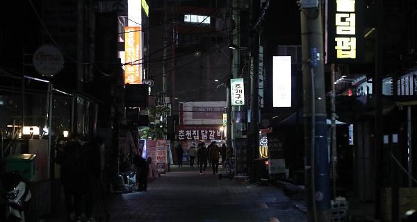 수도권 사회적 거리두기가 2단계로 격상된 24일 저녁 서울 신촌 일대에 술집 등 유흥시설이 문을 닫아 한산한 모습을 보이고 있다.(출처=뉴스1)