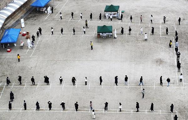 세종시 한 학교에서 27일 학생과 교직원이 거리두기를 지키며 코로나19 전수조사를 기다리고 있다.(사진=저작권자(c) 연합뉴스, 무단 전재-재배포 금지)