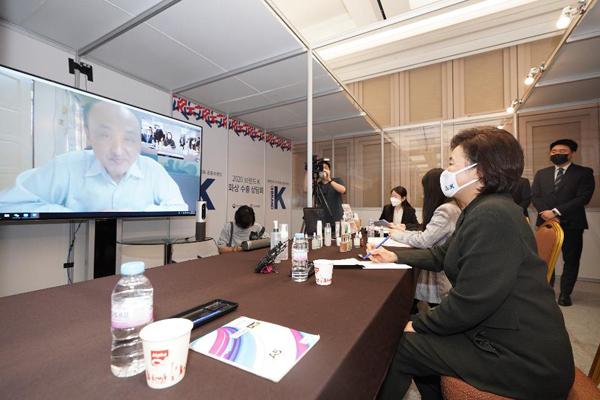 박영선 중소벤처기업부 장관이 지난 5월 서울 강남구 코엑스에서 열린 '브랜드K 선정기업 온라인 화상 수출상담회'에서 해외 바이어에게 화장품을 소개하고 있다.(사진=중소벤처기업부)