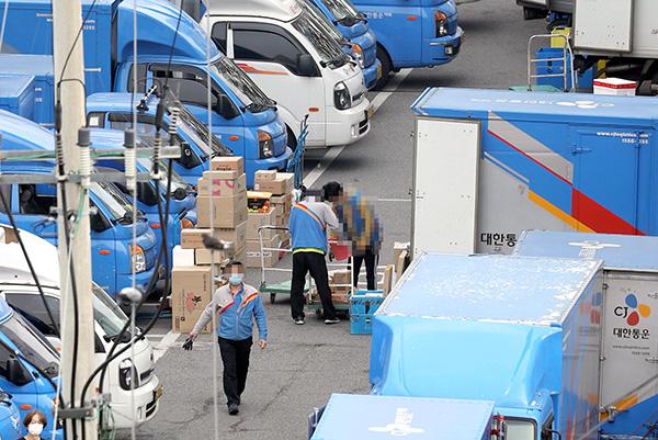 지난 10월 22일 오전 서울의 한 택배 물류센터에서 택배기사가 배송 준비를 하고 있다. (사진=저작권자(c) 연합뉴스, 무단 전재-재배포 금지)