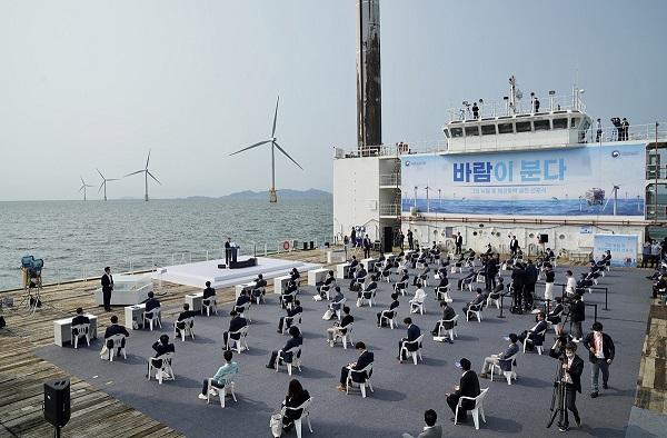 문 대통령이 7월 17일 전북 부안군에 위치한 서남권 해상풍력 실증단지에서 열린 '한국판 뉴딜, 그린 에너지 현장 - 바람이 분다' 행사에서 인사말을 하고 있다.(사진=청와대)