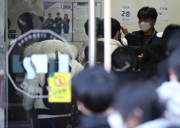 4일 오전 서울 숭실대학교에서 수험생들이 논술고사를 위해 발열 체크를 하며 입장하고 있다. (사진=저작권자(c) 연합뉴스, 무단 전재-재배포 금지)