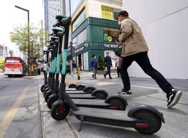 도로교통법 개정으로 전동킥보드의 자전거도로 운행이 가능해진다.(사진=저작권자(c) 뉴스1, 무단 전재-재배포 금지)