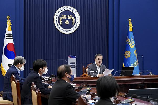 문재인 대통령이 15일 청와대에서 영상 국무회의를 주재하고 있다.(사진=청와대)