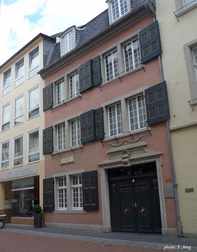 베토벤 생가 건물의 벽면 명판. '이 집에서 루트비히 판 베토벤이 1770년 12월 17일에 태어났다'고 표기되어 있다.