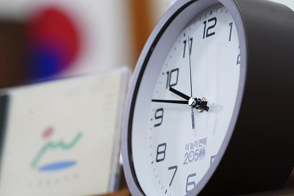 10일 청와대 본관 집무실 책상엔 지구환경위기시간을 나타내는 탁상시계가 오후 9시47분을 가리키고 있다. 1992년 환경위기시계는 오후 7시 49분이었다. 환경위기시계는 12시에 가까워질수록 불안감이 높아지면서 환경파괴에 의한 지구 종말을 의미한다. 문재인 대통령은 이날 '더 늦기 전에 2050'을 주제로 대한민국 탄소중립선언 연설을 했다.(사진=청와대)