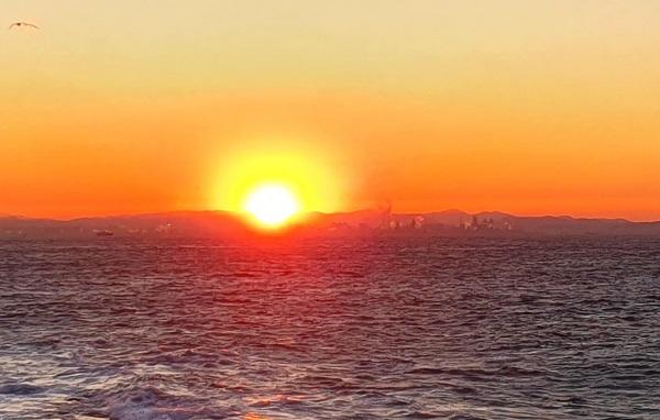 지난해 12월 31일 오후 경북 포항시 남구 호미곶면에서 바라본 포항 영일만 바다와 포항시가지 건너편 뒤로 해가 저물고 있다.