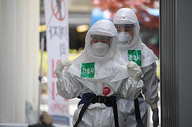 대구 중구 계명대학교 대구동산병원에서 간호사들이 코로나19 환자들이 있는 병동으로 가고 있다.