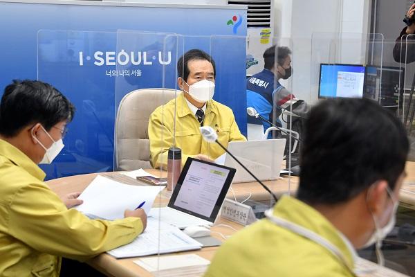 정세균 국무총리가 30일 서울시청에서 열린 코로나19 중대본 회의를 주재하고 있다.