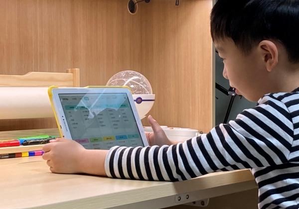 디지털 기기를 활용중인 아이의 모습.