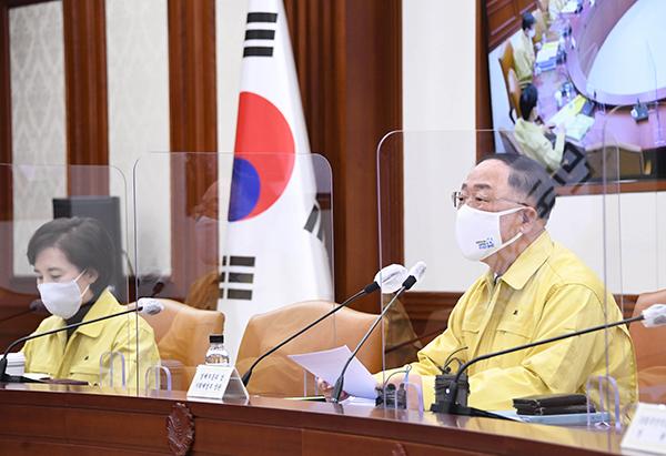 홍남기 부총리 겸 기획재정부 장관(오른쪽)이 1월 6일 서울 광화문 정부서울청사에서 열린 '제25차 비상경제 중앙대책본부회의 겸 제8차 한국판 뉴딜 관계장관회의'를 주재, 모두발언을 하고 있다.