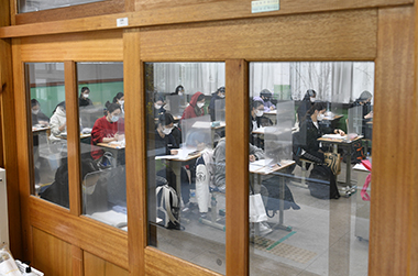 2021학년도 대학수학능력시험일인 3일 오전 시험장인 대구 수성구 대구여자고등학교에서 수험생들이 시험 시작을 기다리고 있다.