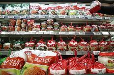 농식품부는 7일 해외에서 가장 자주 먹는 한식은 '김치'이고 가장 좋아하는 음식은 '한국식 치킨'인 것으로 나타났다고 전했다. 사진은 6일 서울의 대형마트에서 판매 중인 김치. (사진=저작권자(c) 연합뉴스, 무단 전재-재배포 금지)