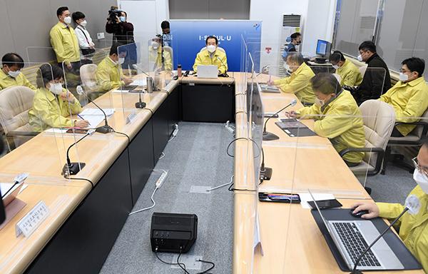 정세균 국무총리가 11일 서울시청에서 열린 코로나19 중대본 회의를 주재하고 있다.